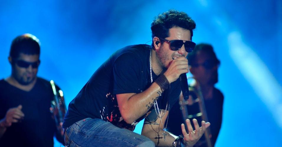 16.jan.2013 - O cantor baiano Tomate se apresenta durante chuva no primeiro dia do Festival de Verão. O evento, que comemora sua 15ª edição, acontece entre os dias 16 e 19 de janeiro no Parque de Exposições de Salvador, na Bahia
