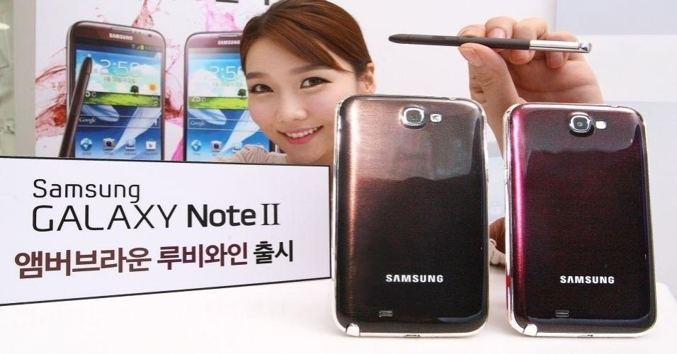 """17.jan.2013 - A Samsung confirmou que o Galaxy Note 2 receberá mais duas cores, que levaram o nome de: """"amber brown"""" (à esquerda), e """"ruby wine"""" (à direita). As novas cores, por enquanto, estão disponíveis somente na Coreia do Sul"""
