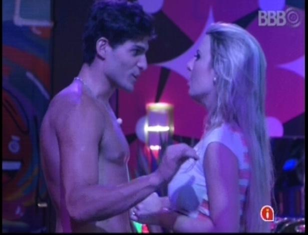 17.jan.2013 - André e Fernanda conversam durante a festa