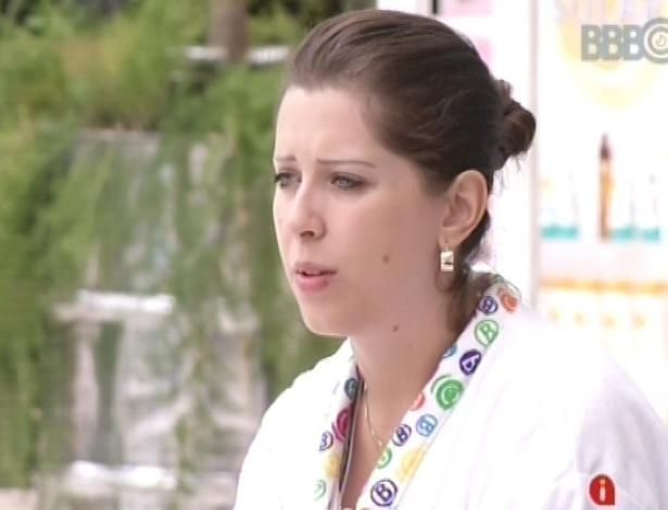 17.jan.2013 - Andressa conversa com Dhomini sobre os participantes da casa e confessa que se arrepende de ter bebido tanto na festa de quarta