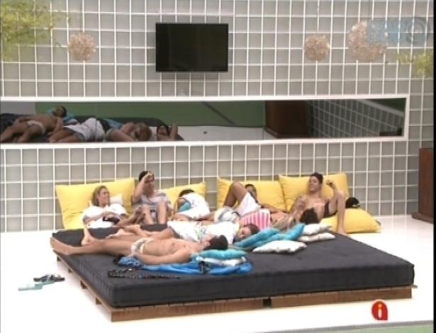 """17.jan.2013 - Brothers conversam e se divertem das piadas de Yuri do lado de fora da casa do """"BBB13"""""""