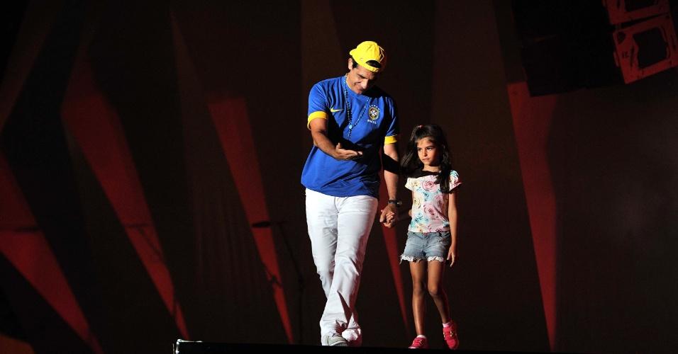 17.jan.2013 - Durval Lelys, da nada Asa de Águia, sobe ao palco com a filha no segundo dia do Festival de Verão 2013, em Salvador. O festival acontece até o dia 19 de janeiro no Parque de Exposições