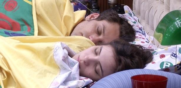 17.jan.2013 - Em manhã sonolenta, Elieser e Kamilla dormem juntos na cama de casal do quarto biblioteca