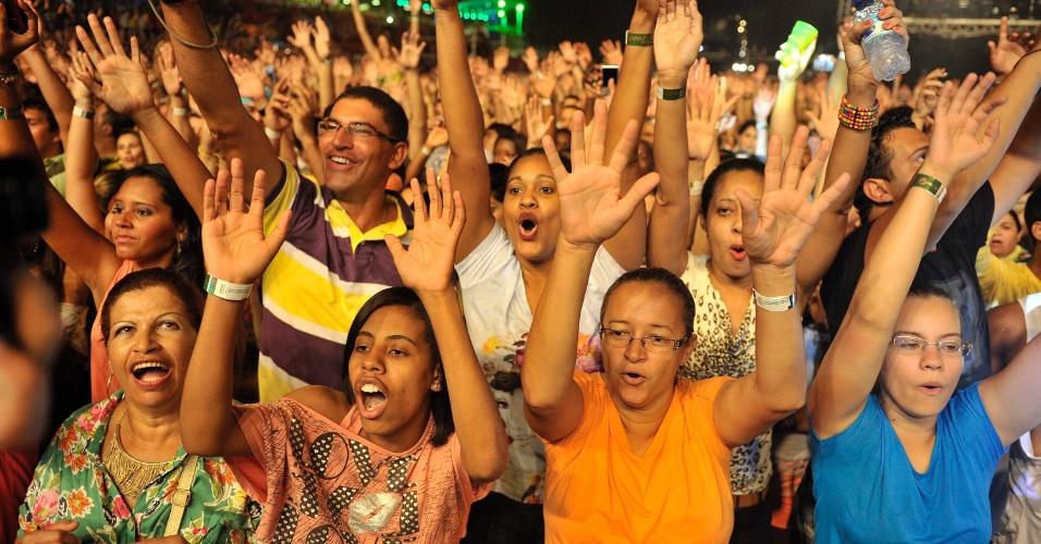 17.jan.2013 - Fãs da Asa de Águia curtem o show do grupo no segundo dia do Festival de Verão 2013, em Salvador. O festival acontece até o dia 19 de janeiro no Parque de Exposições