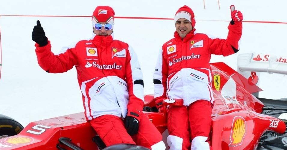 17.jan.2013 - Felipe Massa (d) e Fernando Alonso posam para fotos no
