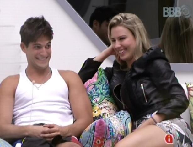 17.jan.2013 - Fernanda pede desculpas à mãe de André a uma das câmeras do reality