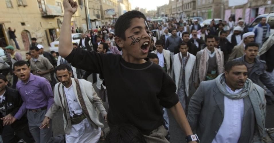 17.jan.2013 -  Garoto participa de protesto em Sanaa, Iêmen, que exige diálogo com o presidente Abd-Rabbu Mansour Hadi. Os manifestantes também pedem o julgamento do ex-presidente Ali Abdullah Saleh, acusado de  crimes de repressão durante o período  em que esteve no poder