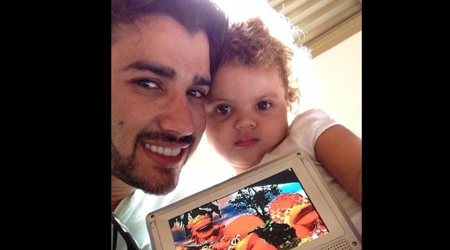 17.jan.2013 - Gusttavo Lima divulgou uma imagem onde aparece com a afilhada, Laura, no colo.