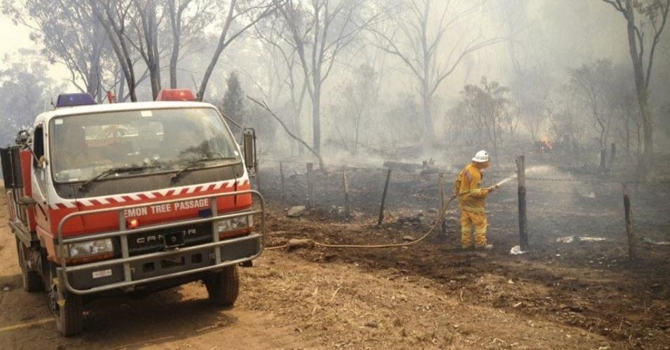 17.jan.2013 - Homem do Corpo de Bombeiros tenta conter fogo em Coonabarabran, a cerca de 350 km a noroeste de Sydney (Austrália). Incêndios causados pelas altas temperaturas têm atingido o país há mais de uma semana