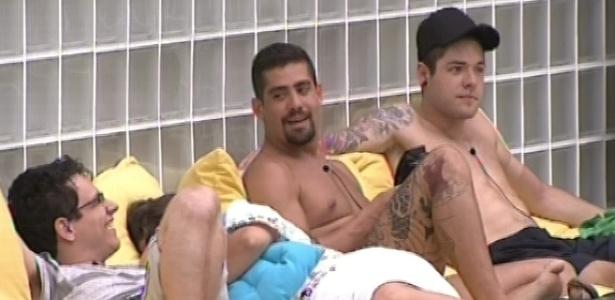 17.jan.2013 - Ivan, Yuri e Nasser conversam se divertem do lado de fora da casa