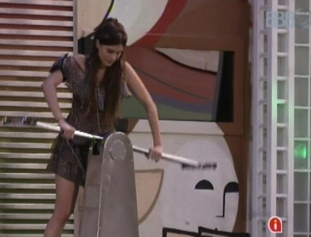 """17.jan.2013 - Kamilla canta a música """"Não é Fácil"""", de Marisa Monte, enquanto se exercita na manivela que gera água quente"""