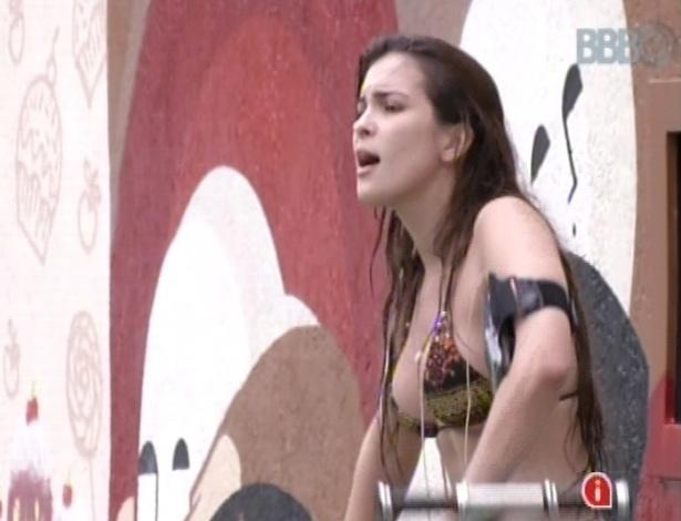 17.jan.2013 - Kamilla canta pagode enquanto malha do lado de fora da casa