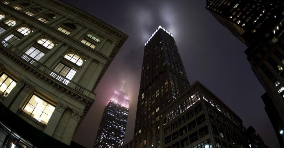 17.jan.2013 - Luzes do Empire State Building iluminam a neblina, em Nova York (EUA).
