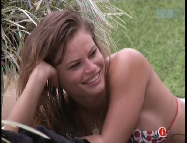 17.jan.2013 - Natalia Casassola toma sol e se diverte com outros participantes na piscina