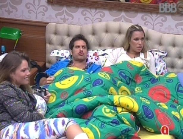 17.jan.2013 - Natália conversa com Eliéser e Marien no quarto brechó. Ela afirma que não ficaria chateada se fosse eliminada da prova de liderança desta noite por Fernanda, que tem o