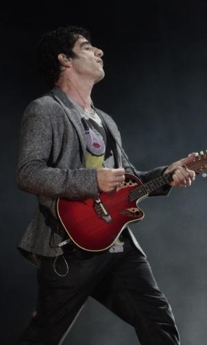 17.jan.2013 - O guitarrista George Israel, do Kid Abelha, durante apresentação da banda na abertura do segundo dia do Festival de Verão 2013. O evento está em sua 15ª edição e acontece até 19 de janeiro no Parque de Exposições