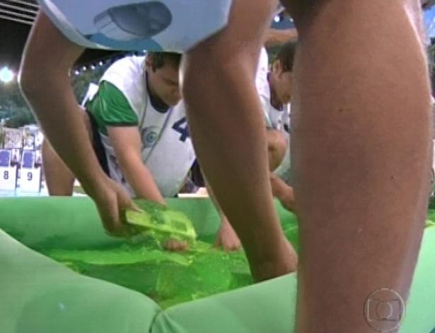 17.jan.2013 - Participantes procuram suas peças dentro do tanque de geleca