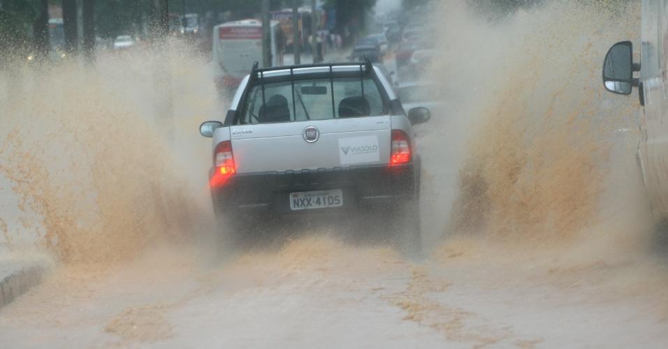 17.jan.2013 - Ponto de alagamento na avenida Antônio Carlos, em Belo Horizonte, após temporal que atingiu a capital mineira