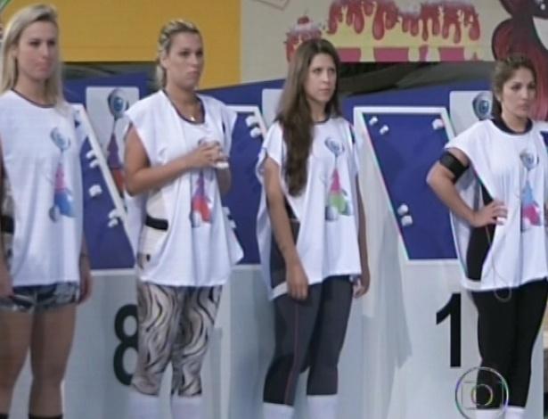 17.jan.2013 - Fernanda, Marien, Andressa e Anamara aguardam as instruções para fazer a prova