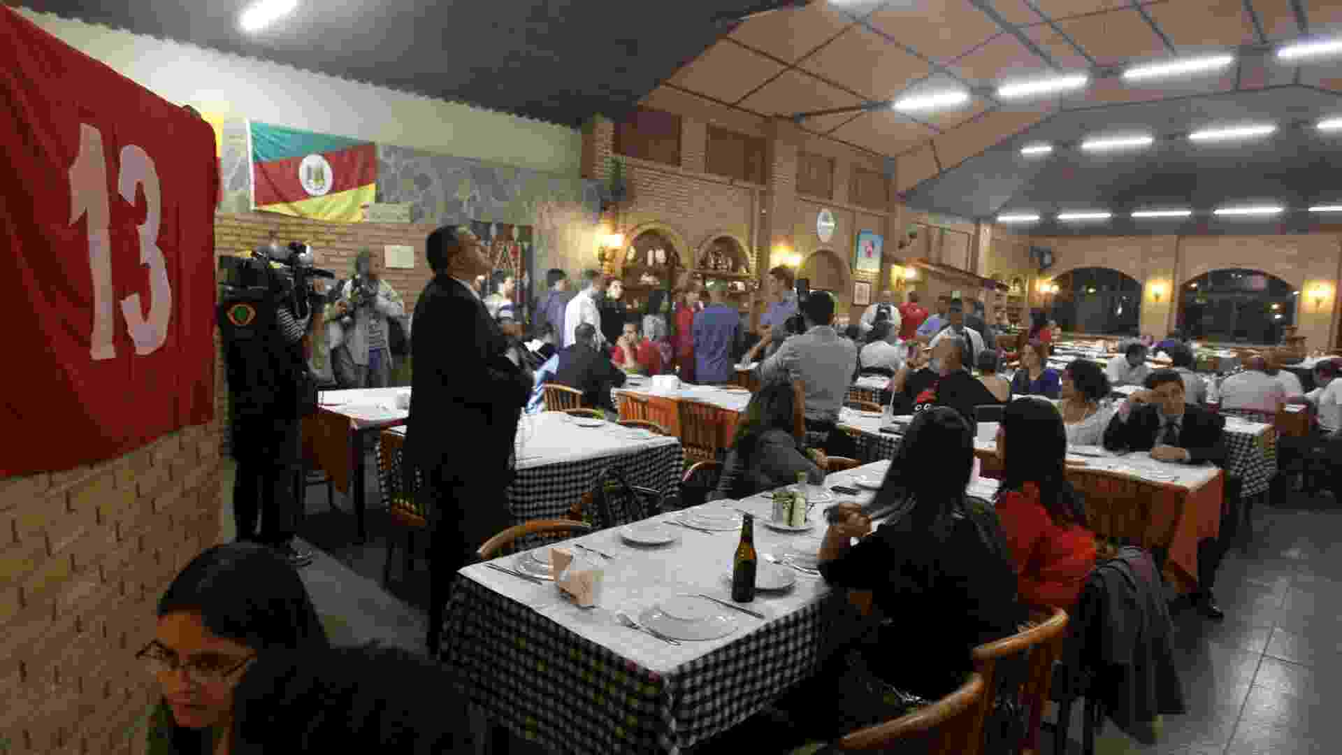 17.jan.2013 - PT realiza jantar em Brasília para pagar multas de condenados no mensalão - Roberto Jayme/UOL