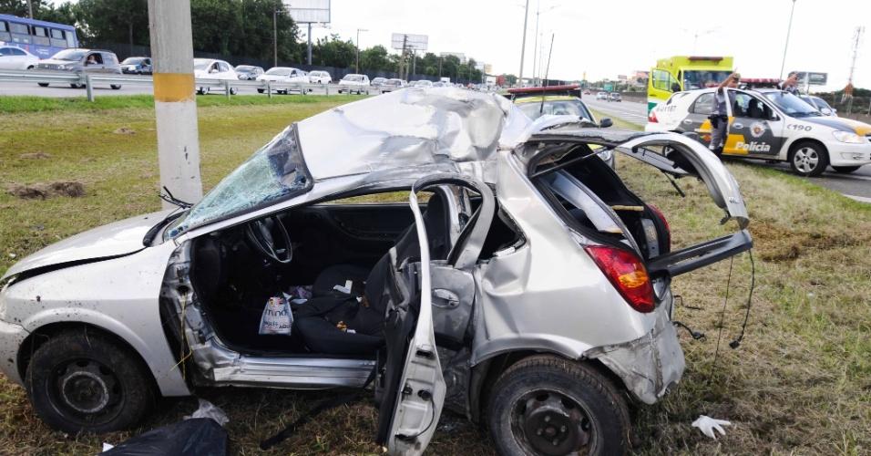 17.jan.2013 - Um carro colidiu contra um poste na altura do km 15 da rodovia Anchieta, sentido Santos, em São Paulo. O motorista do veículo  morreu no acidente