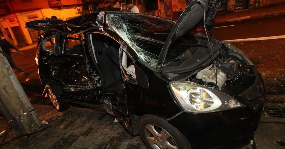 17.jan.2013 - Um carro e um caminhão colidiram no cruzamentos das ruas Teodoro Sampaio e Oscar Freire, na zona oeste de São Paulo. Duas pessoas ficaram presas às ferragens e foram levadas para hospitais da região. De acordo com a polícia, não havia energia elétrica no local no momento do acidente, o que pode ter contribuído para a colisão