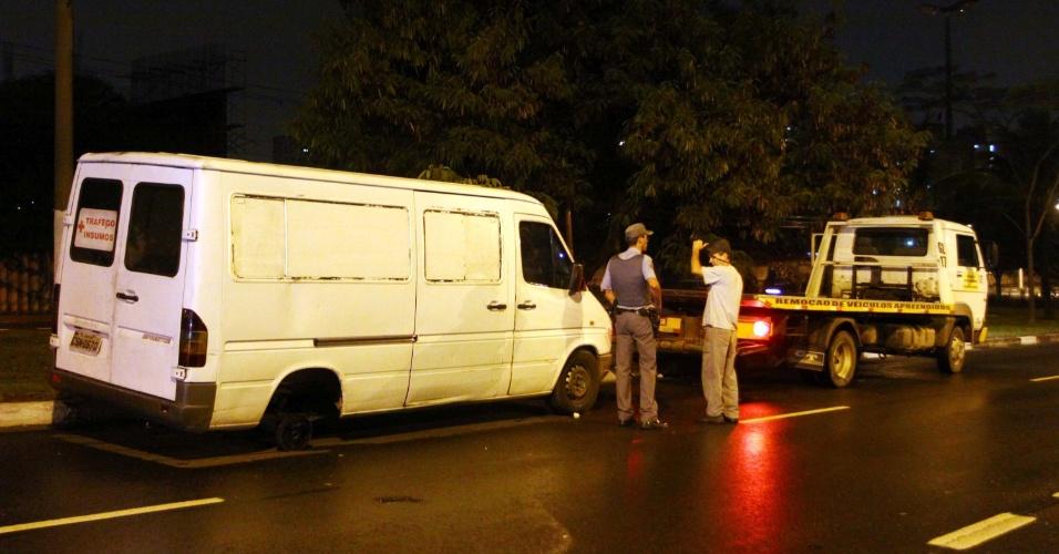 17.jan.2013 - Uma pessoa ficou ferida depois que a roda de uma van se soltou e a atingiu, na avenida Getúlio Vargas, em Osasco, na Grande São Paulo. O homem teve fraturas em uma das pernas