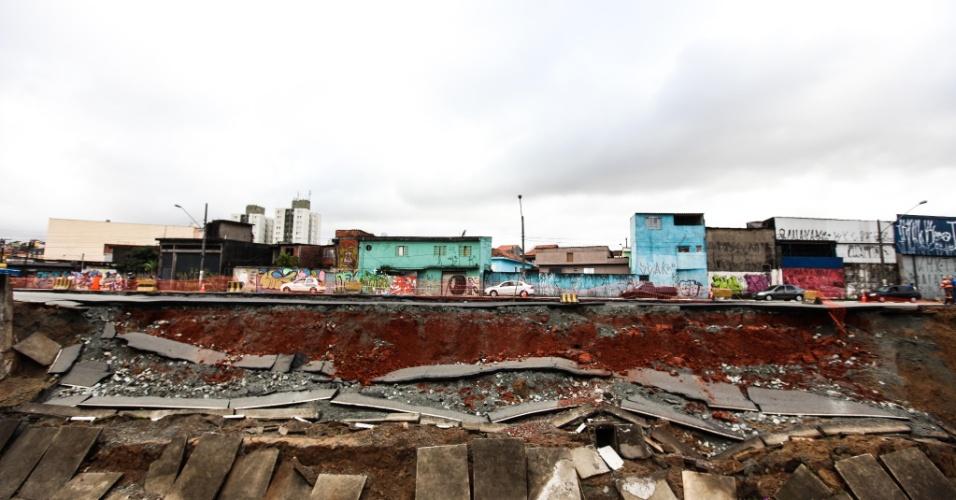 17.jan.2013 - Vista do deslizamento na avenida Francisco Mesquita, na divisa entre São Paulo e São Caetano. Com os constantes temporais que atingiram capital o asfalto cedeu para dentro de rio. Não houve feridos