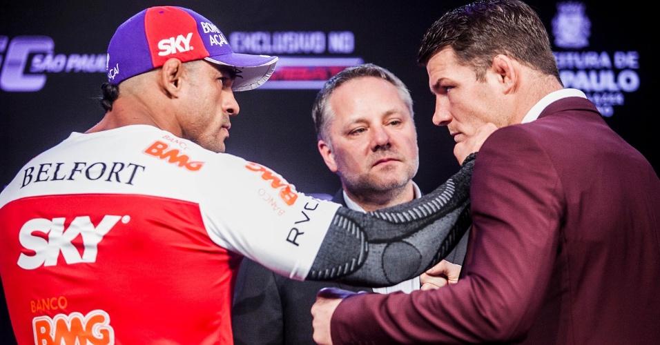17.jan.2013 - Vitor Belfort colocou a mão no rosto de Bisping e levou m empurrão do inglês