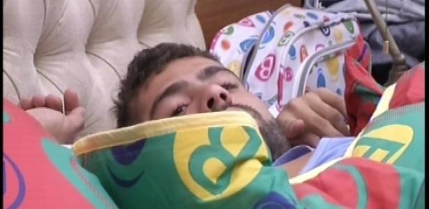 17.jan.2013 - Yuri continua deitado, mesmo após o despertador tocar na casa do