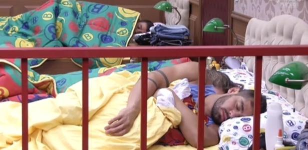 17.jan.2013 - Yuri e outros veteranos dormem mais um pouco durante a manhã desta quinta