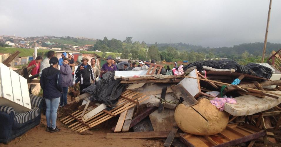 17.jan.2013- A Polícia Militar cumpriu nesta quinta-feira (17) a ordem de remoção de aproximadamente 80 famílias que ocupavam irregularmente uma área particular da Chácara Buriti, em Campinas (93 km de São Paulo). Estima-se que pelo menos 300 pessoas moravam o local
