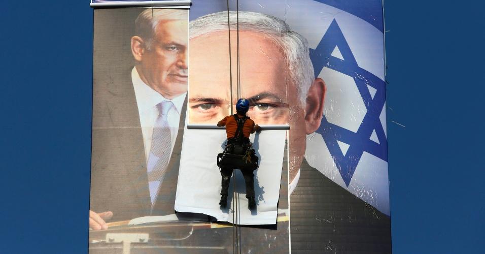 17.jan.2013-  Homem coloca cartaz com a foto do primeiro ministro de Israel, Benjamin Netanyahu, em Tel Aviv. O país se prepara para realizar eleições parlamentares no próximo dia 22