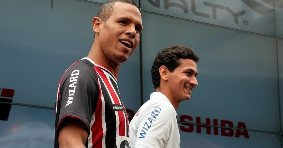 17.jan.2013- Luis Fabiano e Paulo Henrique Ganso desfilam com novos uniformes do São Paulo