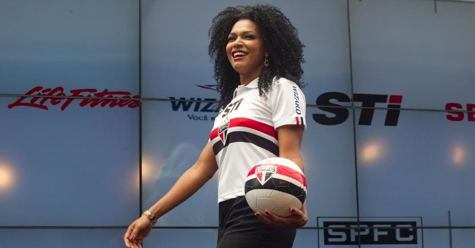 17.jan.2013- Modelo desfila com versão feminina da nova camisa do São Paulo