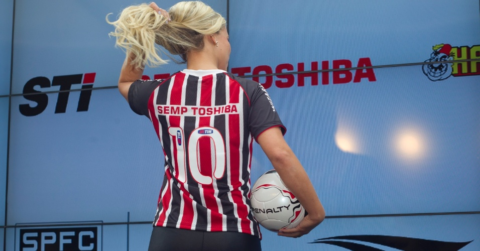 17.jan.2013- Modelo exibe costas de versão feminina da nova segunda camisa do São Paulo