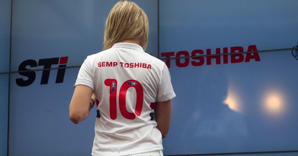 17.jan.2013- Modelo exibe costas de versão feminina do novo uniforme do São Paulo