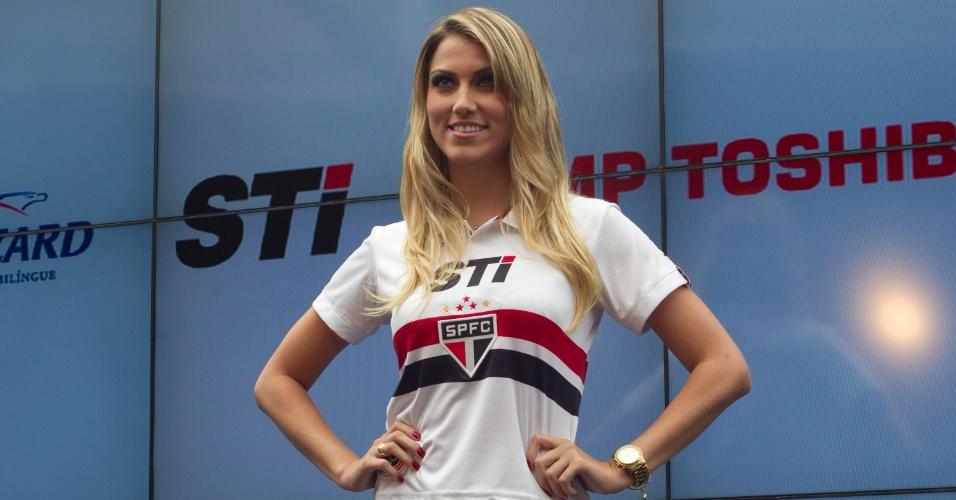 17.jan.2013- Modelo exibe versão feminina do novo uniforme do São Paulo
