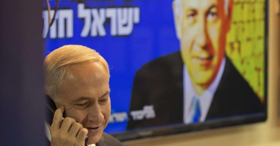 17.jan.2013-   O primeiro ministro de Israel, Benjamin Netanyahu, liga para potenciais eleitores para convencê-los a votar no seu partido nas eleições parlamentares do próximo dia 22