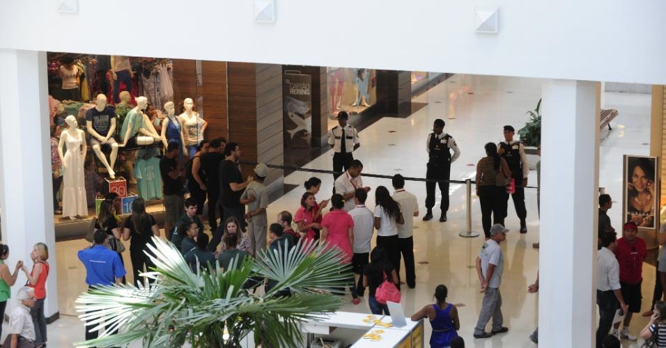 17.jan.2013- O shopping Praia de Belas, um dos principais de Porto Alegre (RS), foi esvaziado nesta manhã depois que um bando armado assaltou uma joalheria. Na fuga, os assaltantes levaram uma das funcionárias com refém e deixaram um artefato semelhante a uma bomba no local