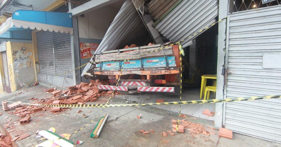 17.jan.2013- Um caminhão carregado com tijolos invadiu um bar na madrugada, no bairro Vale do Jatobá, em Belo Horizonte (MG), depois que o motorista perdeu o controle, após bater em uma placa de sinalização e em dois postes. A polícia descobriu que o veículo de carga era roubado. O motorista fugiu logo após o acidente. Com o impacto da batida, as duas portas de ferro do bar, a parede da entrada e uma pilastra de sustentação ficaram completamente destruídas
