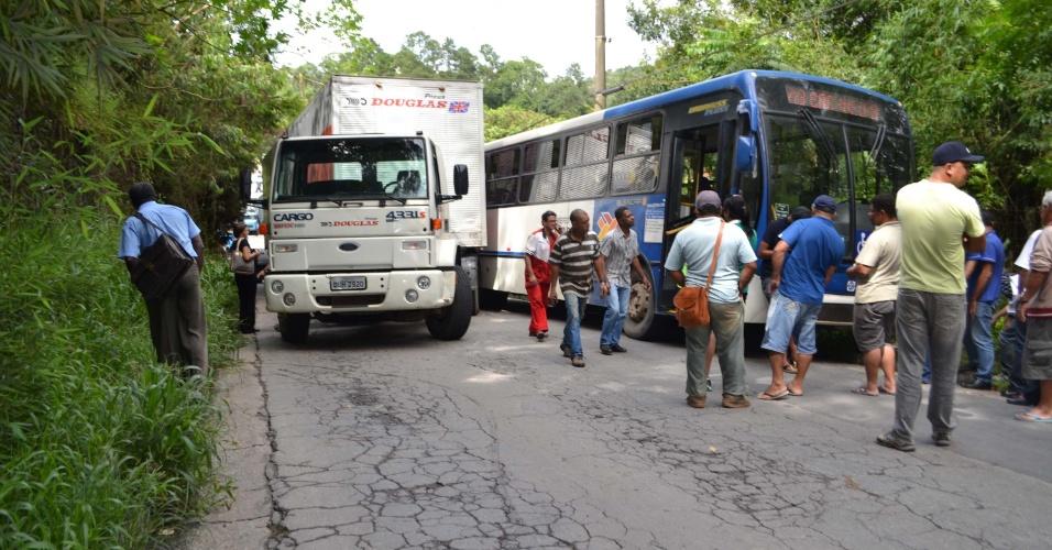 17.jan.2013-  Um caminhão e um ônibus bateram na avenida Coronel Sezefredo Fagundes, no Tremembé, em São Paulo. A batida fechou a via, que ficou interditada por quase uma hora. Ninguém ficou ferido