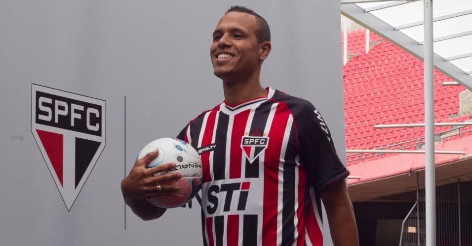 17.jan.2013-Luis Fabiano desfila com novo uniforme do São Paulo em evento no bar do Estádio do Morumbi
