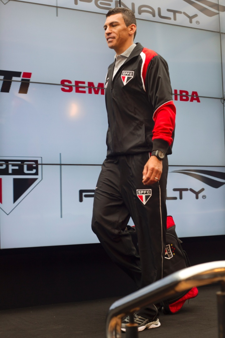 17.jan.2013-Zagueiro Lúcio foi o modelo para o novo uniforme de viagem do time paulista