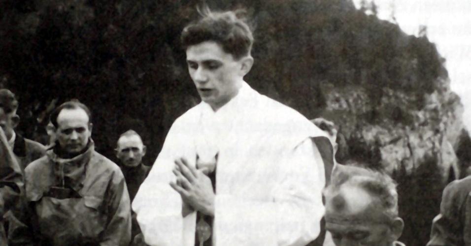 1952 - Foto de arquivo tirada no verão de 1952 em que o então padre Joseph Ratzinger celebra missa ao ar livre em região bávara próxima a Ruhpolding, na Alemanha