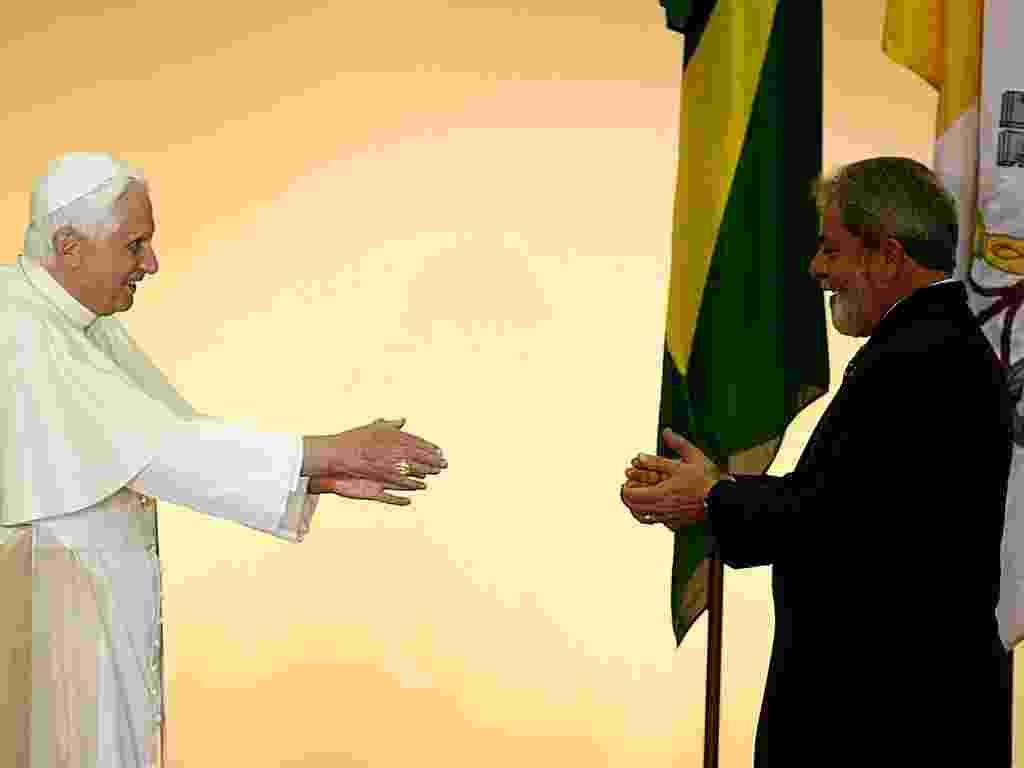9.mai.2007 - O presidente Luiz Inácio Lula da Silva cumprimenta o papa Bento 16, em sua chegada a Guarulhos, em São Paulo - Jorge Araújo/Folhapress