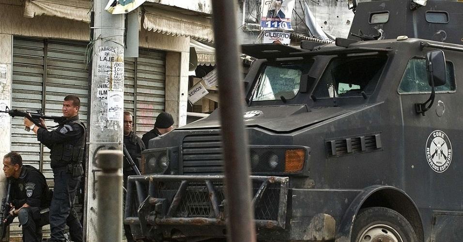 """Policiais do Batalhão de Operações Especiais (Bope) utilizam o blindado conhecido como """"caveirão"""" durante o processo de ocupação da favela Vila Cruzeiro, na zona norte do Rio"""