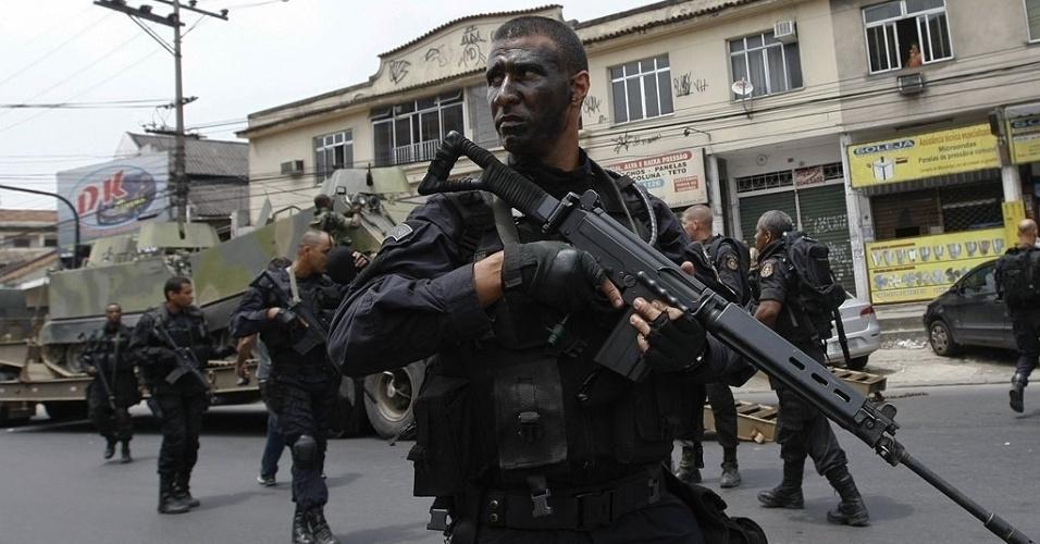 Policiais do Batalhão de Operações Especiais (Bope) contaram com o apoio de blindados da Marinha durante o processo de ocupação da favela Vila Cruzeiro, na zona norte do Rio