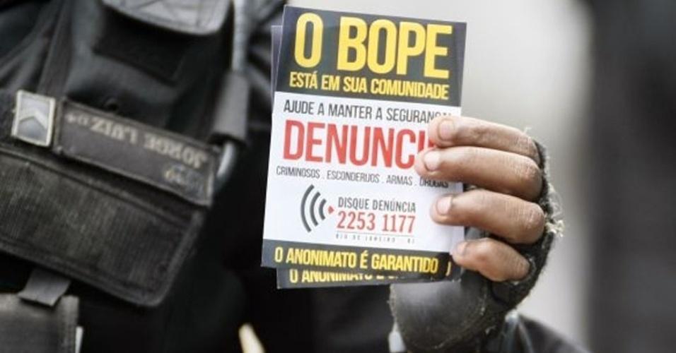 Policiais do Bope distribuem folhetos aos moradores do Complexo do Alemão explicando operação