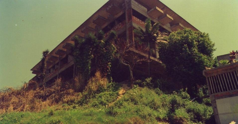 Um hotel cassino abandonado no alto da favela Tavares Bastos, na zona sul do Rio, que era utilizado como ponto de observação do tráfico na região, transformou-se no atual quartel-general do Bope (Batalhão de Operações Especiais)